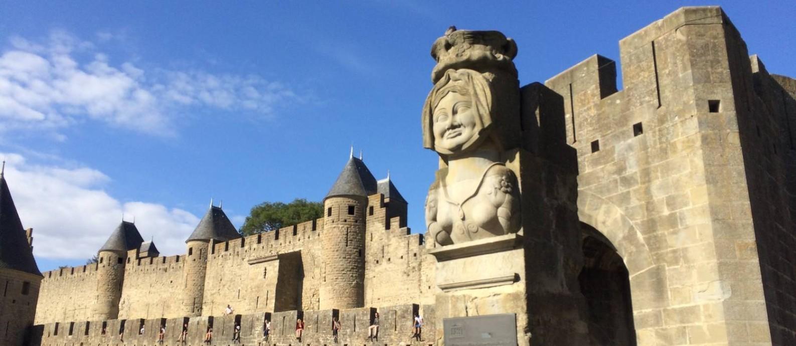 Estátua reproduz imagem de Dame Carcas, figura lendária que dá nome à cidade de Carcassonne Foto: Alina Hartounian/AP