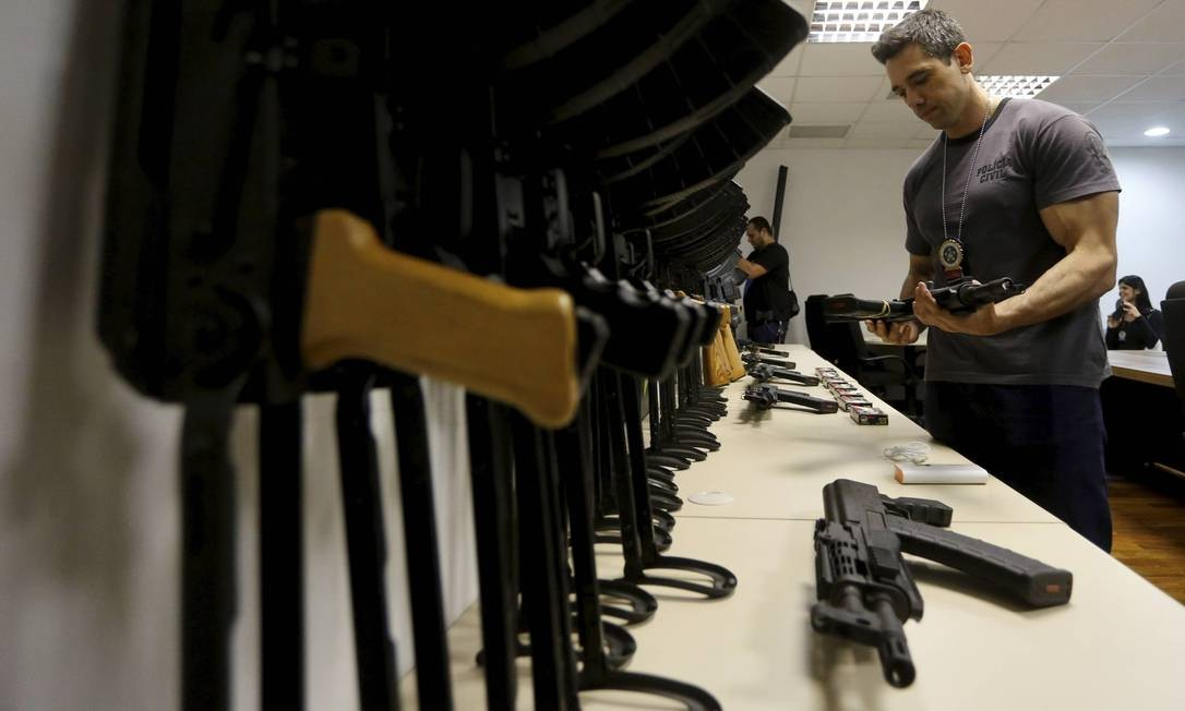 Polícia Civil apreende 60 fuzis que seriam vendidos para traficantes do Rio Foto: Domingos Peixoto / Agência O Globo