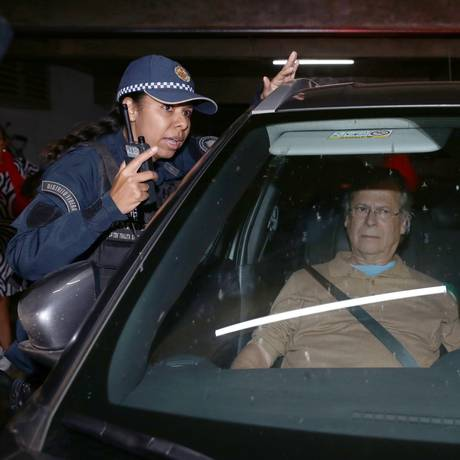 José Dirceu chega à casa dele em Brasília após deixar a prisão Foto: Jorge William / Agência O Globo