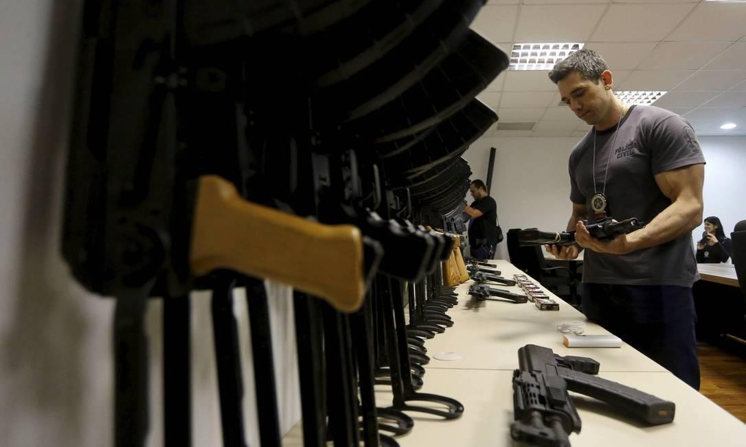 Parte do armamento apreendido: autoridades não conseguem averiguar os cerca de 350 contêineres que chegam diariamente ao Galeão Foto: Domingos Peixoto / Agência O Globo