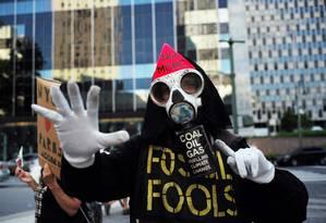 Ativista protesta em Nova York contra decisão do presidente Donald Trump de retirar os EUA do Acordo de Paris Foto: JEWEL SAMAD / AFP
