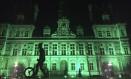Na França, o prédio da prefeitura de Paris foi iluminada de verde numa demonstração de compromisso com o combate às mudanças climáticas Foto: Nadine Achoui-Lesage / AP