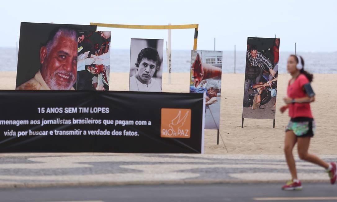 ONG Rio de Paz lembra 15 anos da morte de Tim Lopes em evento na Praia de Copacabana Foto: Fabiano Rocha / Agência O Globo