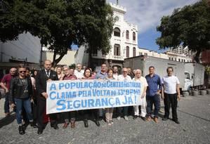Abraço ao 13º BPM.População se reúne em ato pelo cumprimento da promessa de transformar o 13º BPM, na Praça Tiradentes, em um centro integrado de segurânça pública. Foto: Thiago Freitas / Agência O Globo