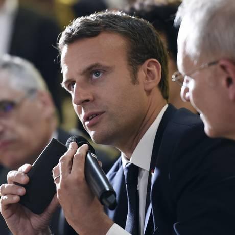 Macron falou à imprensa após reunião com prefeita de Paris e ex-prefeito de Nova York Foto: Stephane de Sakutin / AP