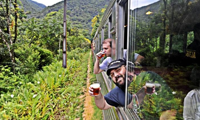 Beer Train, entre Curitiba e Morretes, no Paraná, é organizado pela cervejaria artesanal Bodebrown Foto: Denis Ferreira Netto / Divulgação