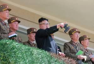 O presidente norte-coreano Kim Jong Un observa testes militares Foto: Reuters