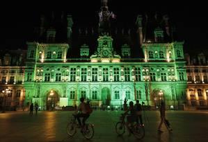 Luzes verdes iluminam o Hotel de Ville, em Paris, em resposta à decisão de Trump de sair do acordo climático de Paris Foto: Philippe Wojazer / Reuters