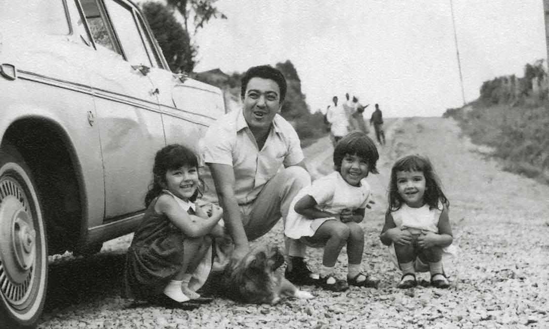 Com a primeira soma considerável que recebeu graças aos quadrinhos, Mauricio comprou o seu primeiro carro. Na foto acima, do início da década de 1960, ele e as três filhas: Mariângela, Mônica e Magali. Foto: Divulgação / Agência O Globo