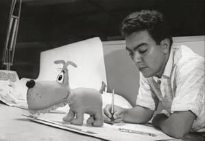 Aos 26 anos, desenhando o Bidu, primeiro personagem que criou Foto: Divulgação / Folhapress