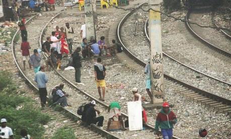 """Vício. Usuários de crack se espalham pela linha do trem, no local conhecido como """"110"""", em Higienópolis, próximo ao Jacarezinho Foto: Reginaldo Pimenta 04/02/2011 / Agência O Globo"""