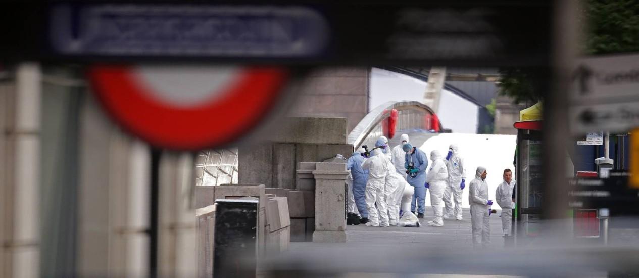 Investigadores forenses trabaçham na London Bridge, palco de novo atentado em Londres na noite deste sábado, quando uma van subiu numa calçada e atingiu pedestres que caminhavam no local Foto: AFP/DANIEL LEAL-OLIVAS