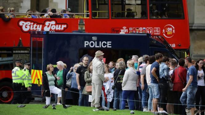 Turistas e policiais se misturam na região de Westminster, outro importante ponto turístico de Londres que também foi alvo de um atentado terrorista recentemente Foto: REUTERS/KEVIN COOMBS