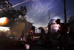 Usuários de crack na Mangueira: cracolândias, segundo assistentes sociais, estão se espalhando Foto: Antônio Scorza / Agência O Globo