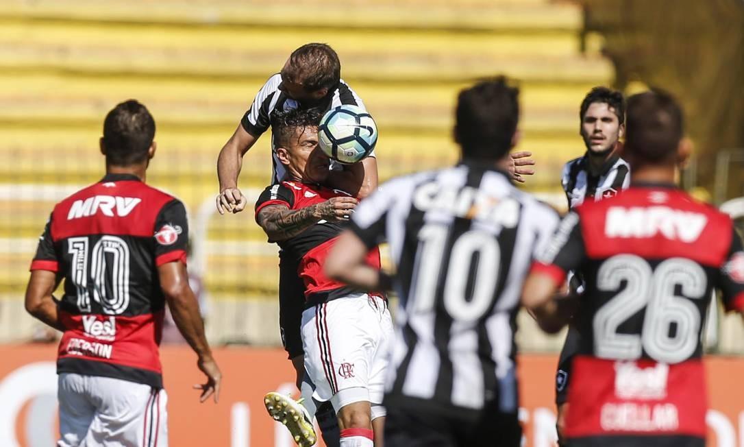 Carli e Guerrero disputam bola pelo alto Foto: Alexandre Cassiano