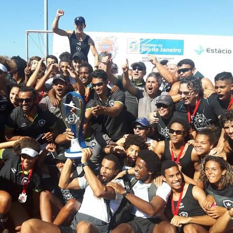 Remadores do Botafogo comemoram vitória na segunda regata do Estadual Foto: Divulgação