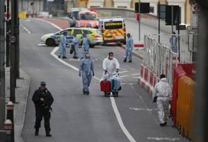 Policiais forenses trabalham em busca de evidências na London Bridge neste domingo Foto: DANIEL LEAL-OLIVAS/AFP / AFP