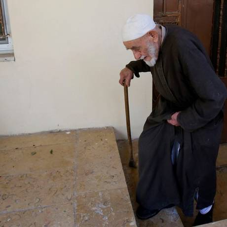 Abdel tenta manter vivo o sonho de voltar à terra Foto: MUSA AL SHAER/AFP