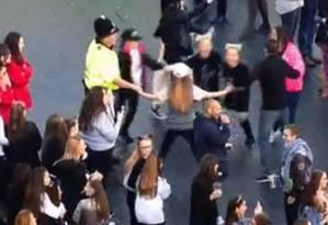 Policial flagrado dançando roda com meninas chama atenção durante show de Ariana Grande Foto: Reprodução Twitter