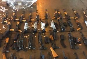 Armas encontradas junto com aquecedores de piscina, no terminal de cargas do aeroporto do Galeão Foto: Divulgação
