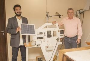 Thiago Marques (à esqueda) e Axel Grael com uma placa solar Foto: Agência O Globo / Analice Paron
