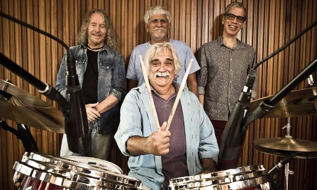 Mamão, baterista do Azymuth, com Marcos Valle, Celso Fonseca e Alex Malheiros Foto: Monica Imbuzeiro / Agência O Globo