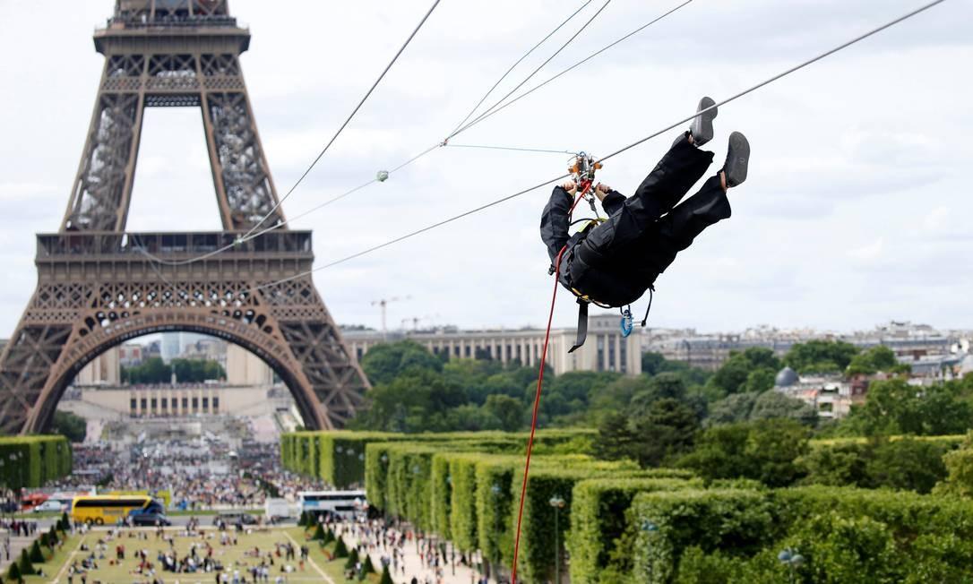 A tirolesa instalada na Torre Eiffel fica a 115 metros de altura e desliza sobre o Campo de Marte Foto: Charles Platiau / Reuters