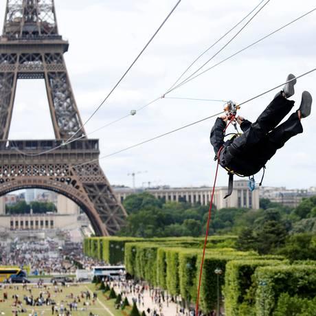 A tirolesa instalada na Torre Eiffel fica a 1115 metros de altura e desliza sobre o Campo de Marte Foto: Charles Platiau / Reuters