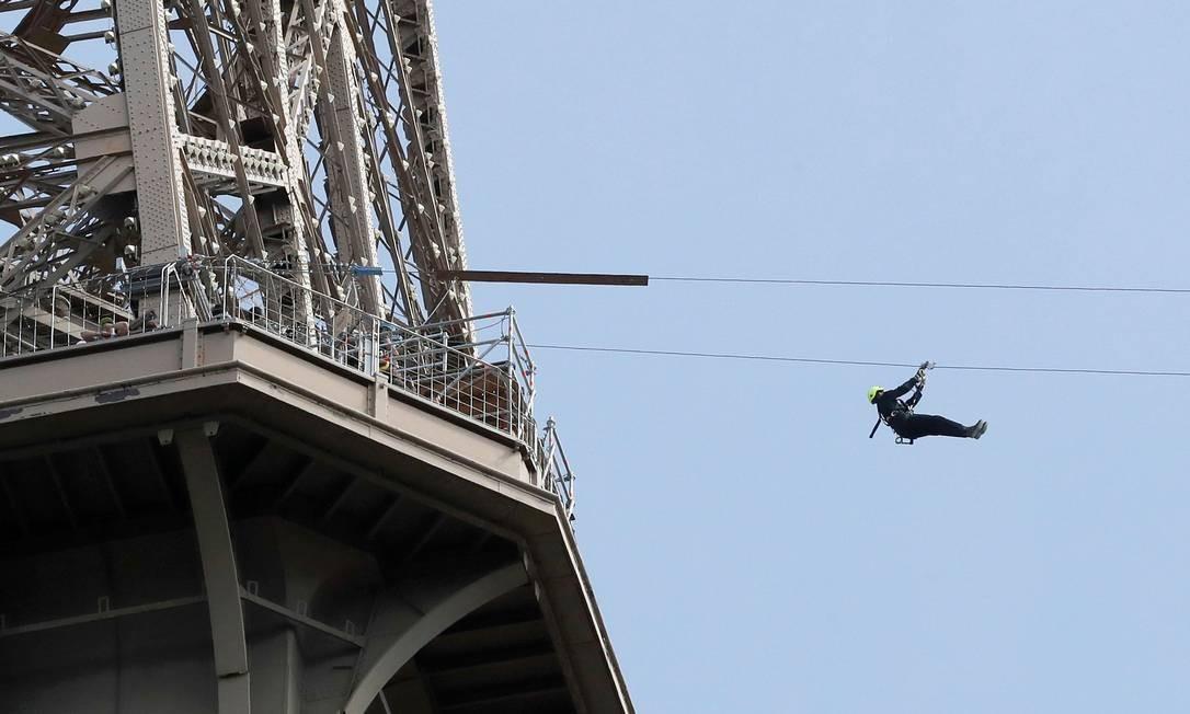 Até 11 de junho a Torre Eiffel, em Paris, terá uma atração diferente, uma tirolesa Foto: FRANCOIS GUILLOT / AFP