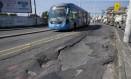 Buracos na pista do BRT Transoeste: corredor expresso foi construído com asfalto comum, que não resistiu ao peso dos ônibus Foto: Márcia Foletto / Agência O Globo