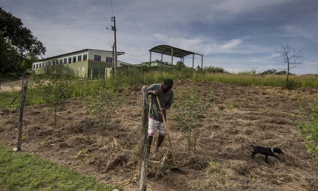 Difícil acesso. A Escola Professor Paulo Freire: estrada de terra é o único caminho Foto: Alexandre Cassiano / Agência O Globo