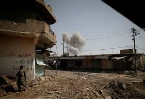Fumaça é vista depois de um bombardeiodas forças iraquianas em regiões controlados pelo Estado Islâmico Foto: ALKIS KONSTANTINIDIS / REUTERS
