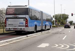 Expresso. Ônibus do BRT Transoeste para no sinal da Avenida das Américas: redução do tempo de viagem entre Barra da Tijuca e Santa Cruz pela metade Foto: Fábio Rossi 24/09/2012 / Agência O Globo