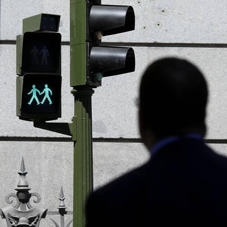 Semáforos com casais homossexuais foram instalados em Madri, na Espanha Foto: PAUL HANNA / REUTERS