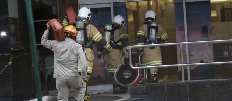 Homens de quatro quartéis do Corpo de Bombeiros precisaram ser acionados para combater as chamas no Shopping da Gávea Foto: Domingos Peixoto / Agência O Globo