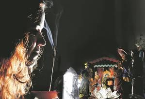 A carioca Anelise Roque montou, em casa, um pequeno altar que reúne elementos de várias crenças Foto: Antoni o Scorza