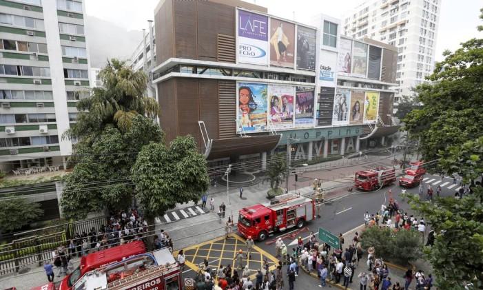 Do lado de fora do Shopping da Gávea, uma multidão assiste ao trabalho dos bombeiros de seis batalhões. Ao lado, a fumaça toma conta dos corredores do estabelecimento Foto: Domingos Peixoto / Agência O Globo