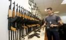 Polícia busca documentos que comprovem como contrabandistas transportavam fuzis dos EUA para o Rio Foto: Domingos Peixoto / Agência O Globo