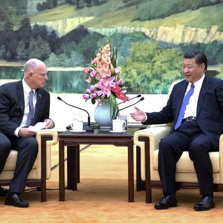 À direita, o presidente chinês Xi Jinping conversa com o governador da Califórnia, Jerry Brown Foto: Li Xueren / Xinhua via AP