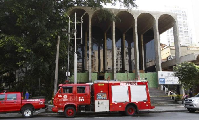 Bombeiros em frente ao Teatro Villa-lobos Foto: André Teixeira / Agência O Globo