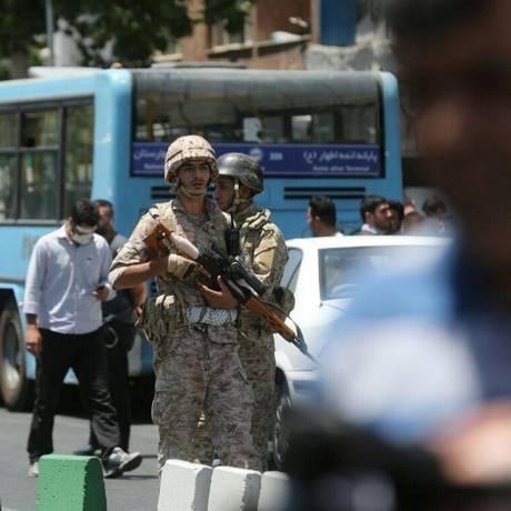 Agentes de segurança iranianos montam guarda durante ataque que atingiu Parlamento do país; atentados foram reivindicados pelo Estado Islâmico Foto: TIMA AGENCY / REUTERS