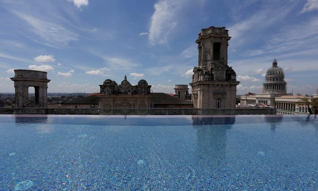 Um dos destaques do novo hotel é a piscina na cobertura, com vista para o centro antigo de Havana, a poucos metros de atrações como o Capitólio cubano, o bar La Floridita (um dos favoritos de Hemingway) e o Paseo del Prado. Foto: Stringer / Reuters