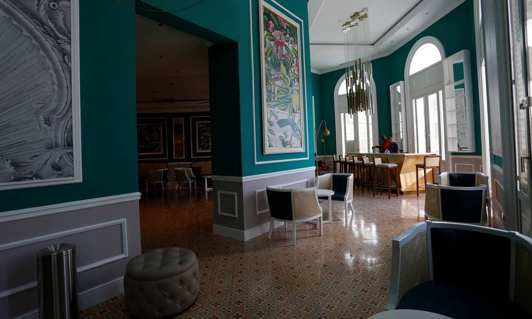 O hotel conta com três bares: El Surditor, à beira da piscina; Constante, no primeiro andar (foto); e El Arsenal, no lobby. Há ainda dois restaurantes, o panorâmico San Cristóbal e o Confluencias. Foto: Stringer / Reuters