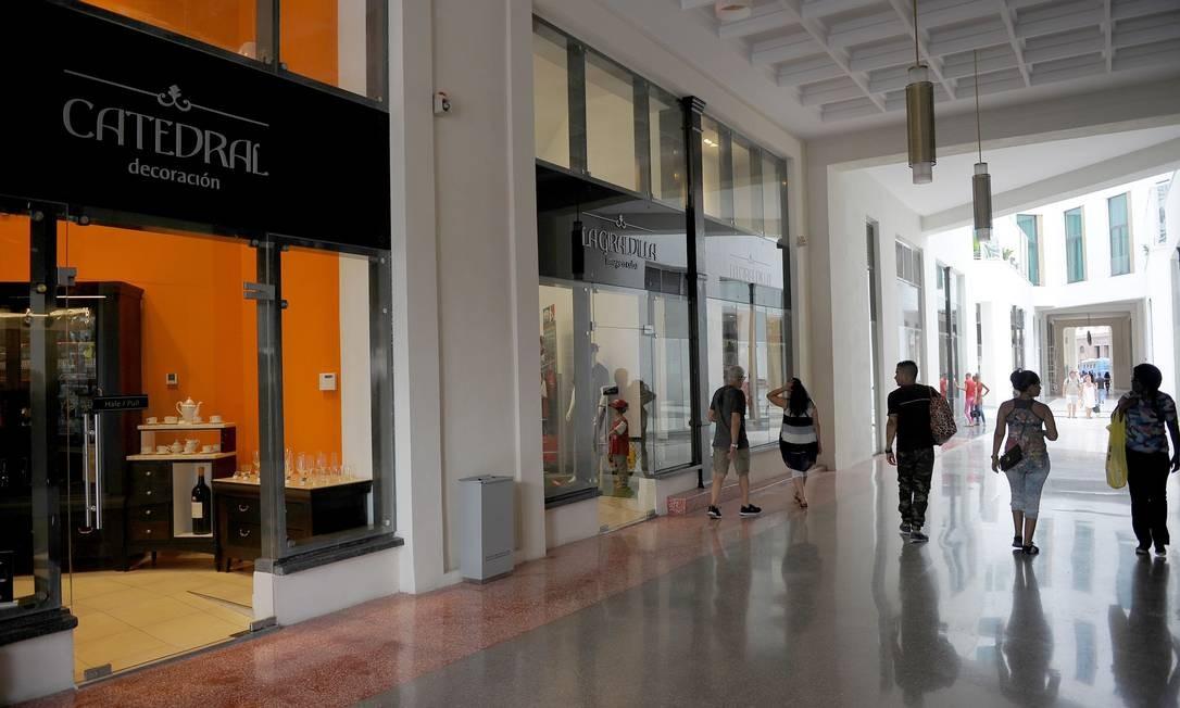 O shopping de luxo do térreo remete à origem do La Manzana. O prédio foi a primeira galeria comercial de Cuba, no começo do século XX. Foto: Yamil Lage / AFP