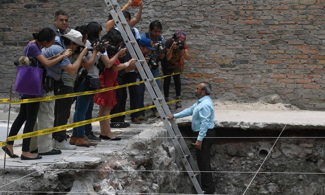 O arqueólogo é fotografadonas proximidades do templo Ehecatl-Quetzalcoatl Foto: ALFREDO ESTRELLA / AFP