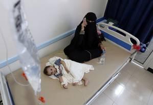 Criança com suspeita de ter contraído cólera recebe tratamento, ao lado da mãe, na capital Saná Foto: MOHAMMED HUWAIS / AFP