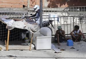 Casal usa crack na Avenida Brasil Foto: Domingos Peixoto / Agência O Globo