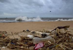 Praia em Uswetakeiyawa, no Sri Lanka, é repleta de lixo vindo do Oceano Índico Foto: Gemunu Amarasinghe / AP