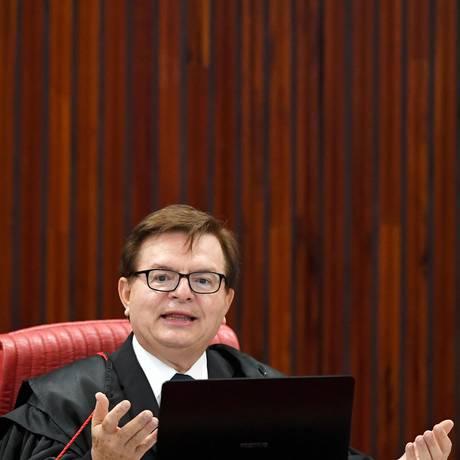 O relator, Herman Benjamin, começa a ler seu voto na ação que pede a cassação da chapa Dilma-Temer Foto: EVARISTO SA / AFP