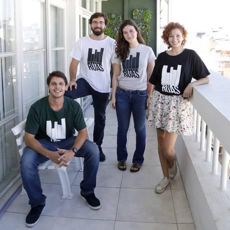 Ruas. Murillo Sabino (de óculos) junto à parte da equipe do projeto Foto: Fábio Rossi / Agência O Globo